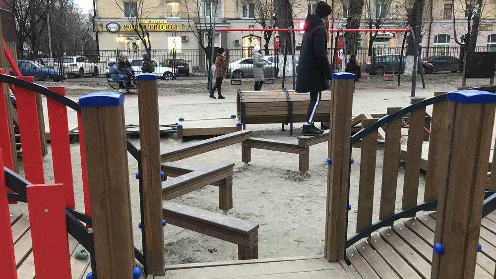 В Брянске разломали детский городок в парке Железнодорожников