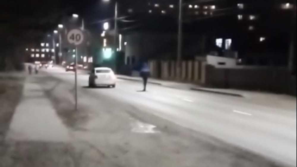 В Брянске ночной камикадзе прогулялся по дороге среди машин