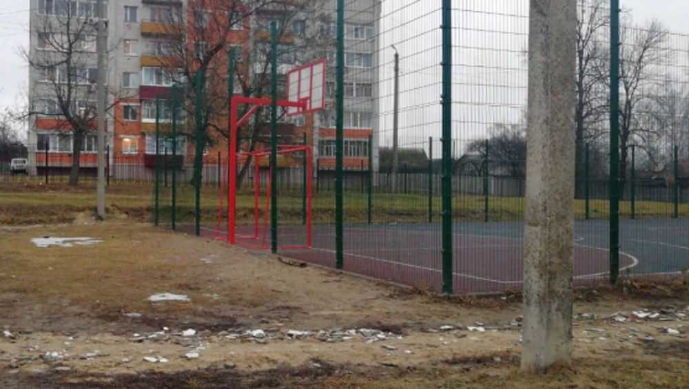 В Навле восстановили разгромленную подростками спортплощадку