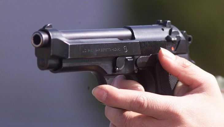 В Клинцах уголовник с пистолетом сломал палец незнакомой женщине