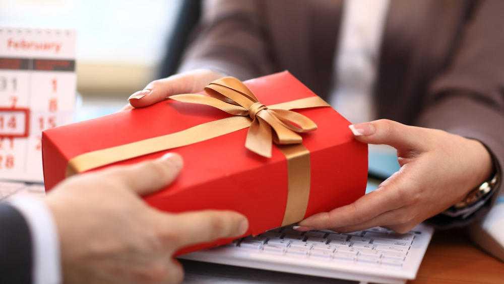 СК напомнил брянцам о запрете преподносить подарки чиновникам