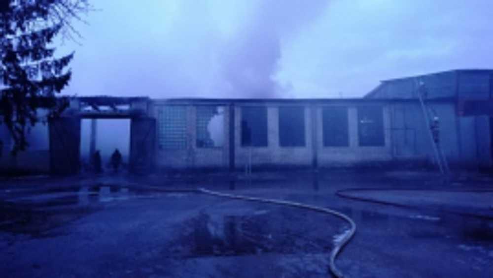 В Брянске на улице Белобережской утром сгорел склад