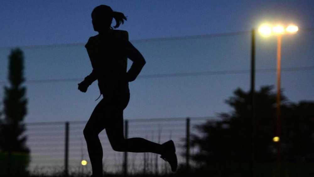 В Брянске водитель во мраке едва не задавил спортсмена-невидимку
