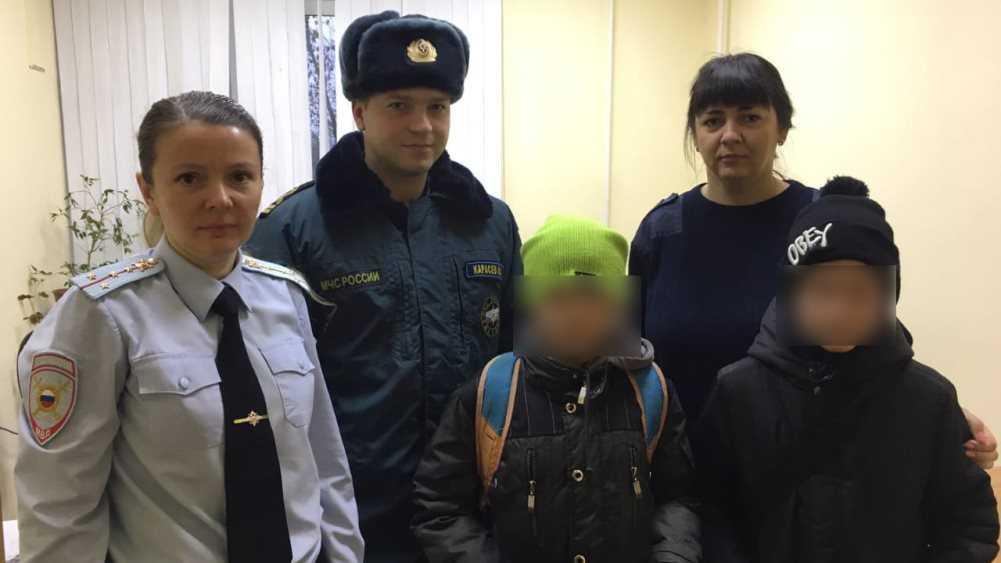 В Брянске на реке спасли едва не провалившихся под лёд школьников