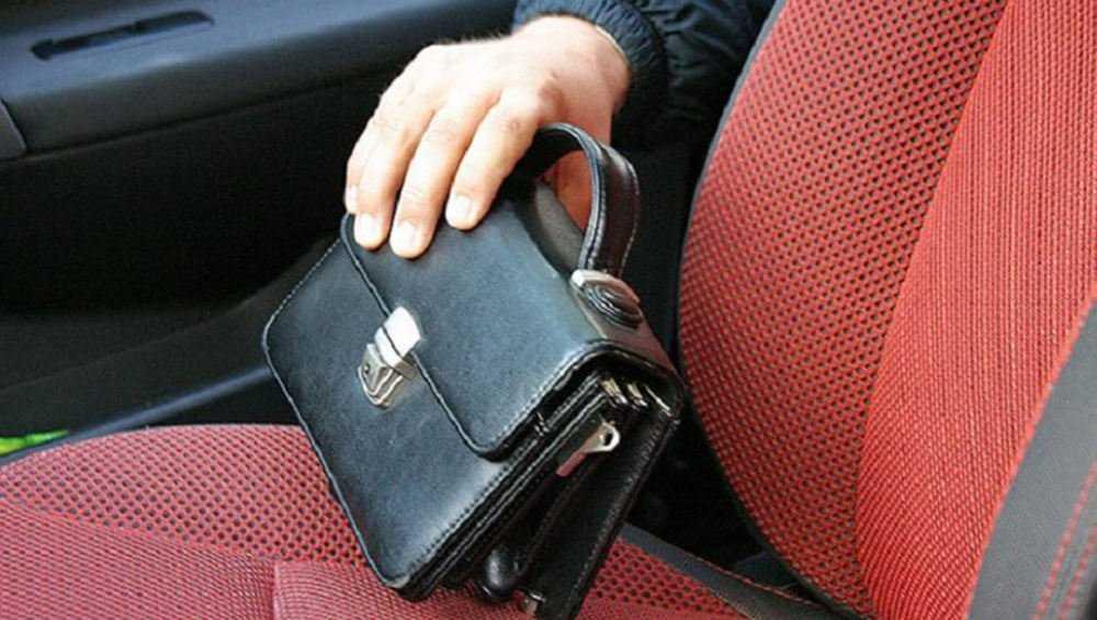 В Брянске из кабины грузовика украли борсетку водителя