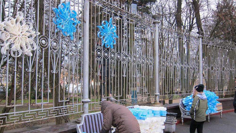 В центре Брянска развесили огромные снежинки