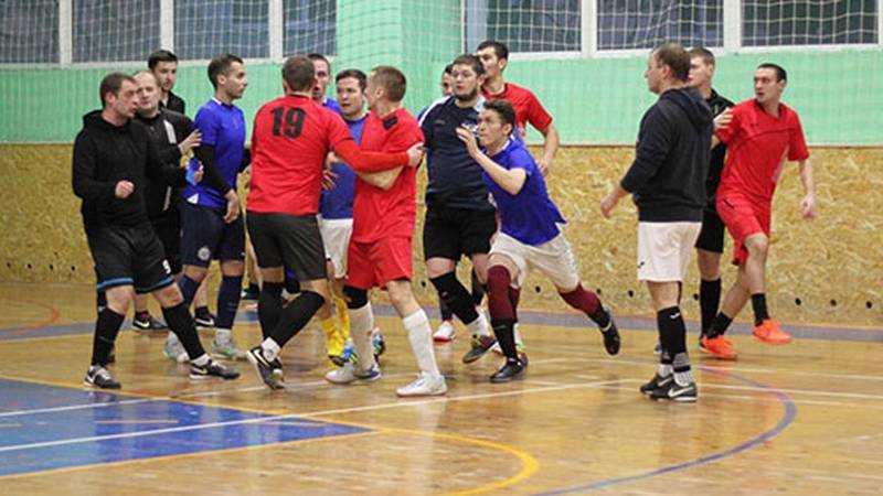 В Брянске на матче футбольной лиги подрались игроки
