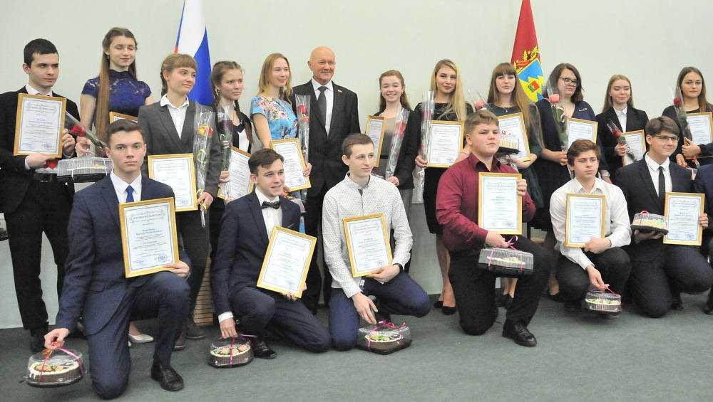 Одаренные брянские студенты и школьники получили именные стипендии