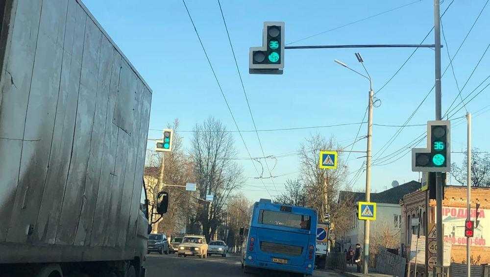 В Брянске заработали три новых светофора по улице Калинина
