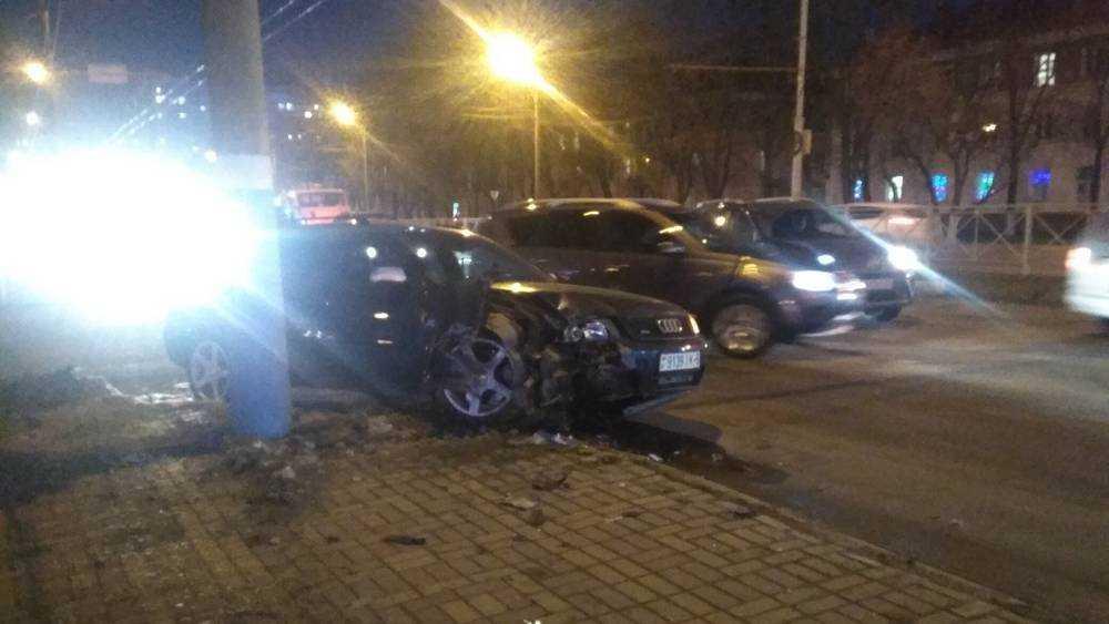 В Фокинском районе Брянска иномарка протаранила столб
