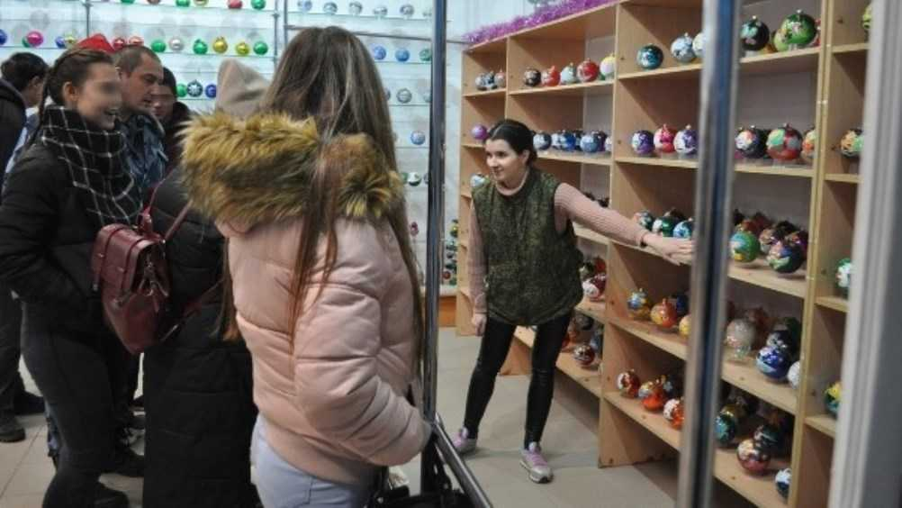 Осужденные подростки побывали на фабрике ёлочных игрушек в Карачеве