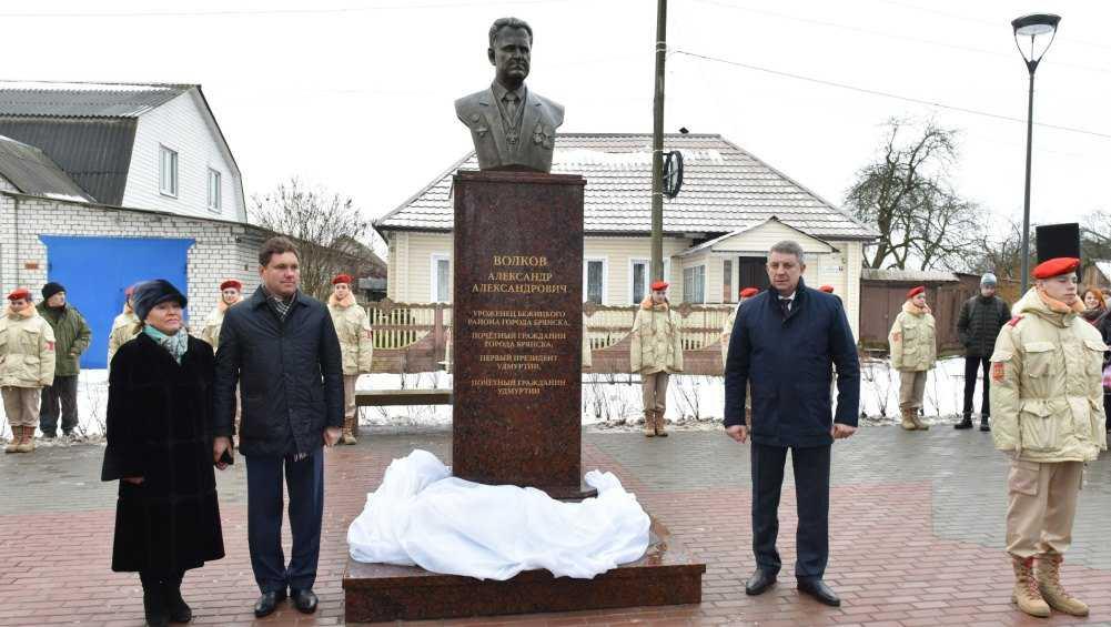 В Брянске открыли сквер имени экс-главы Удмуртии Александра Волкова