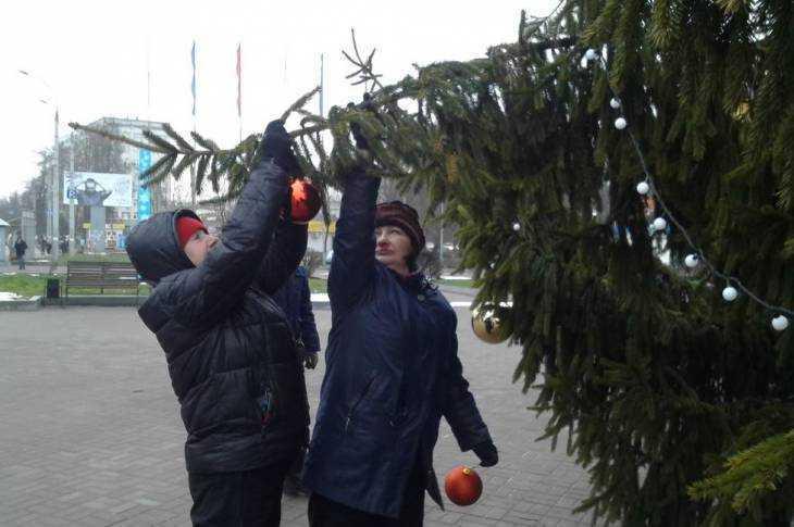 В Брянске установили новогоднюю ёлку на площади Воинской славы