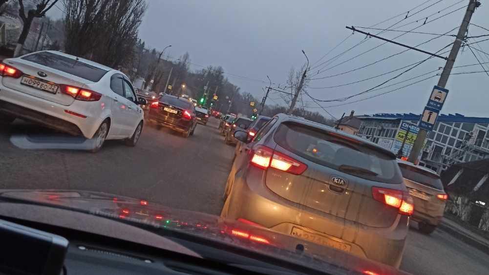 В Брянске из-за новый светофоров на Калинина образовалась пробка