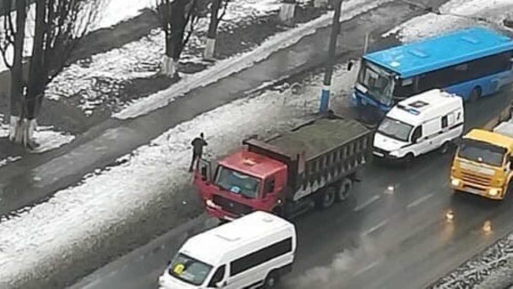 В Фокинском районе Брянска автобус врезался в грузовик