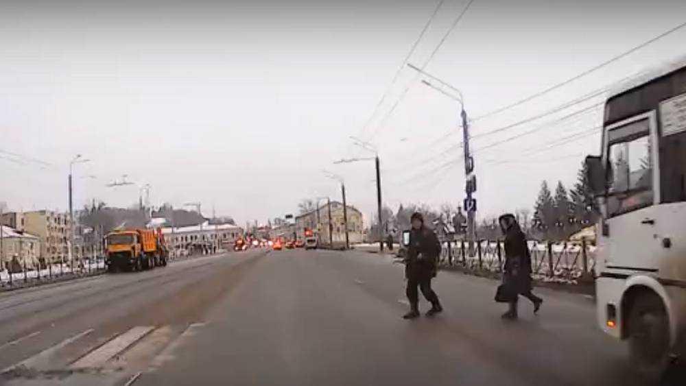 В Брянске на набережной едва не раздавили беспечных пешеходов