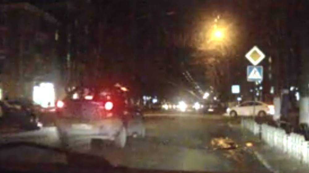 В Брянске сняли видео серьезного ДТП со сбитой женщиной