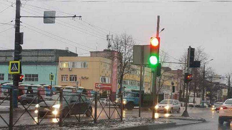 В Брянске одновременно включились красная и зеленая секции светофора