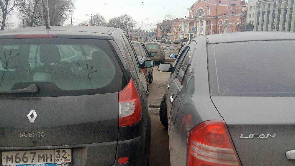 Возле вокзала Брянск I сфотографировали аса парковки