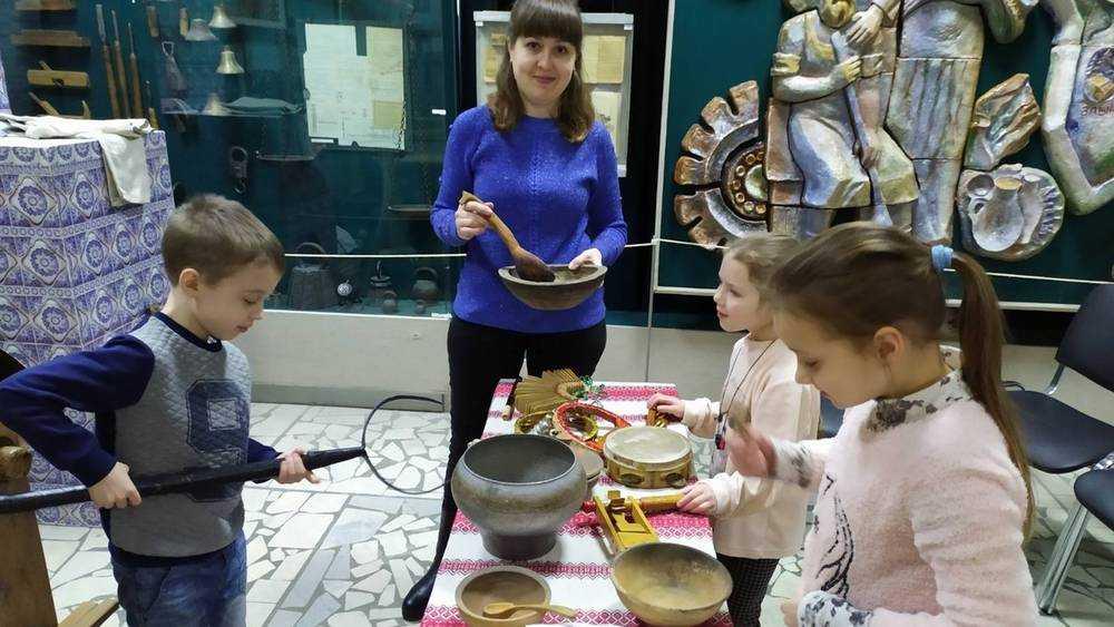 Брянским детям показали русскую избу и печки с лавочками