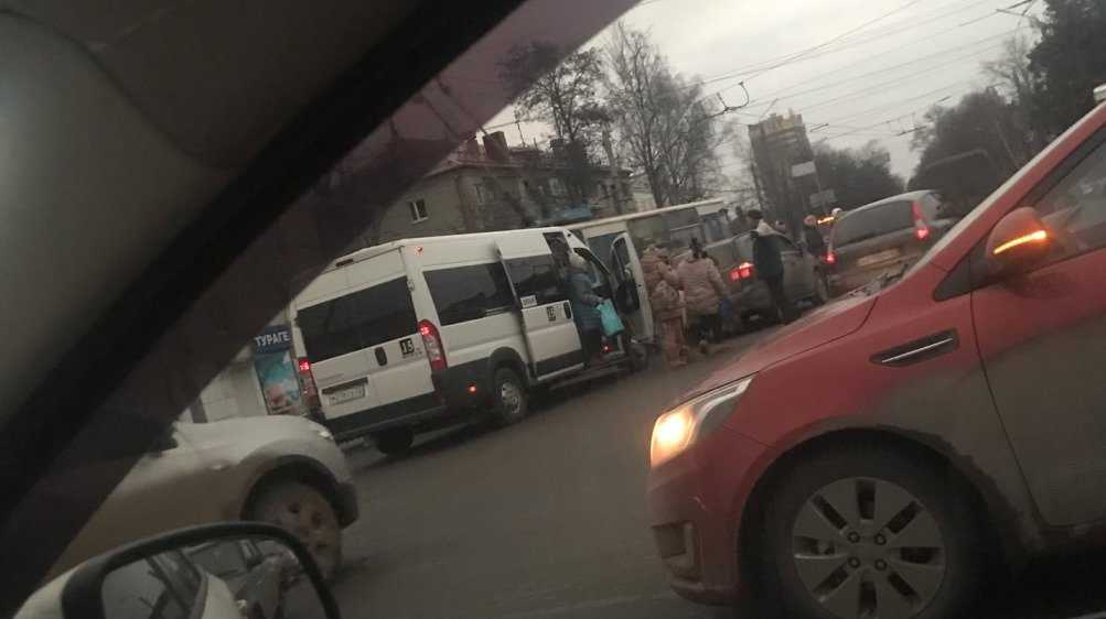 В Брянске столкнулись маршрутка и два легковых автомобиля