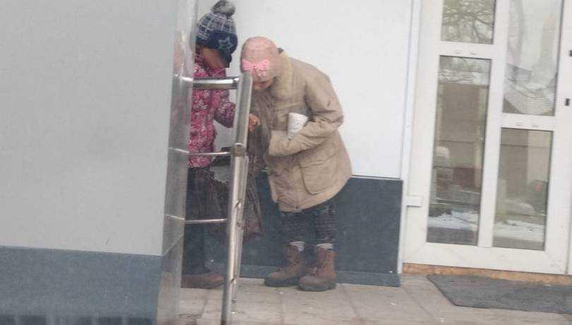 Жительницу Дятькова ужаснуло положение побирающихся у магазина детей