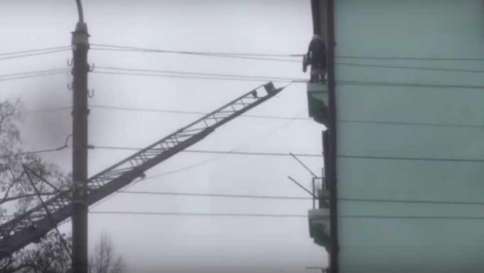 В Клинцах пожарные спасли едва не упавшую с балкона женщину