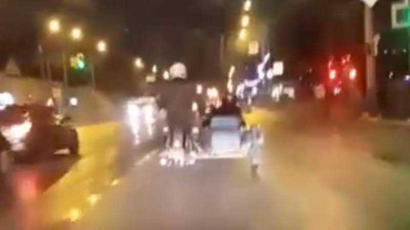 Мотоциклист с женщиной в коляске удивил брянцев
