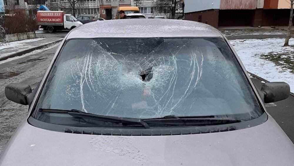 Ночью в Брянске на парковках разбили лобовые стекла автомобилей