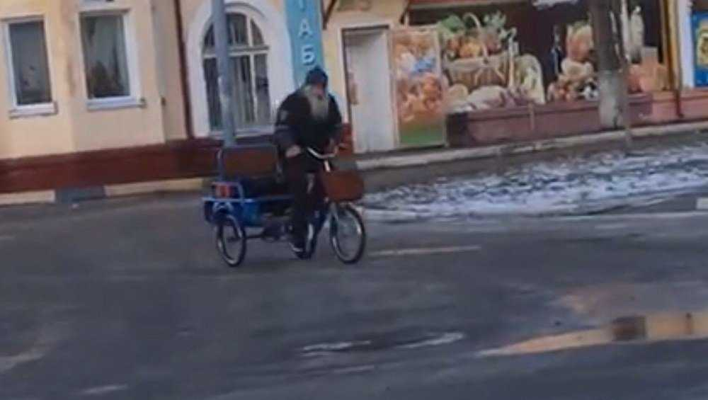 Дед Миша на музыкальном велосипеде улучшил настроение жителям Брянска