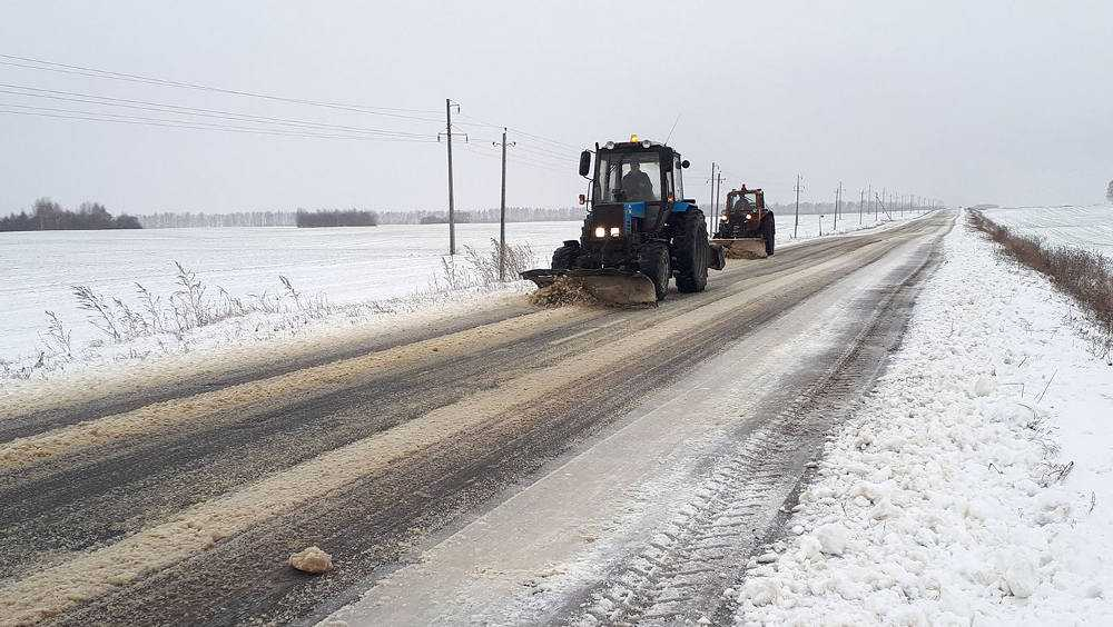 На дороги Брянской области вывели технику для уборки выпавшего снега