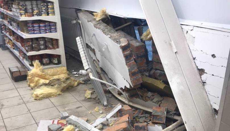 В Брянске такси пробило стену магазина с консервами