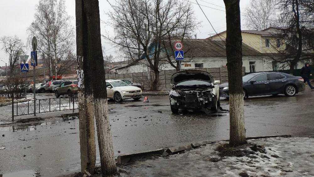 В Брянске на Институтской улице столкнулись две иномарки