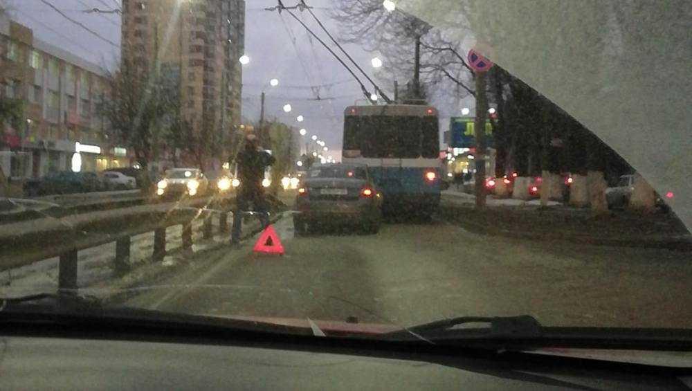В Брянске ДТП с троллейбусом вызвало затор на Красноармейской