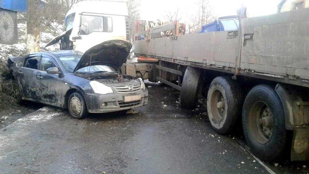 В Брянске причиной ДТП на улице Калинина стал наезд полуприцепа на опору