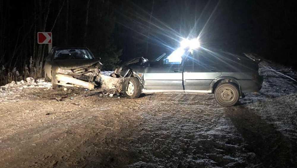 Под Навлей в лобовом столкновении на трассе пострадали два водителя
