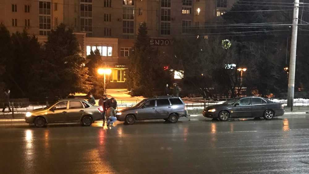 В Брянске на площади Партизан произошло тройное ДТП