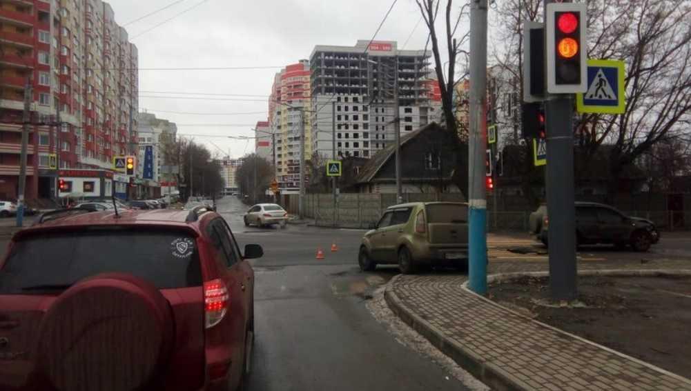 В Брянске в ДТП с 2 иномарками возле БГУ пострадали два человека