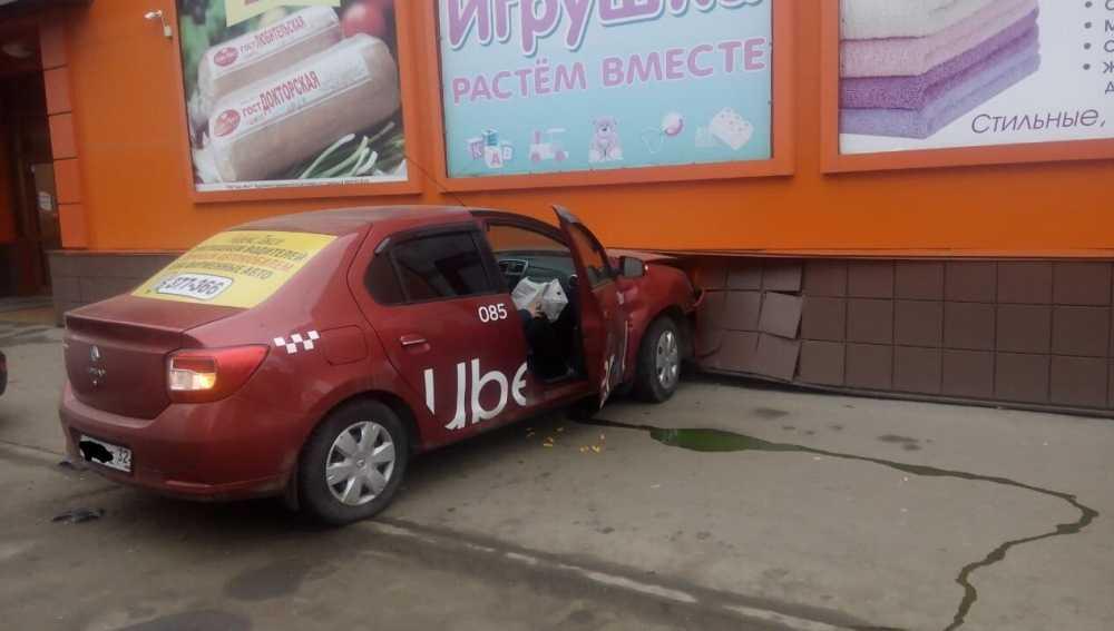 В Брянске здание Северного рынка протаранила пьяная таксистка