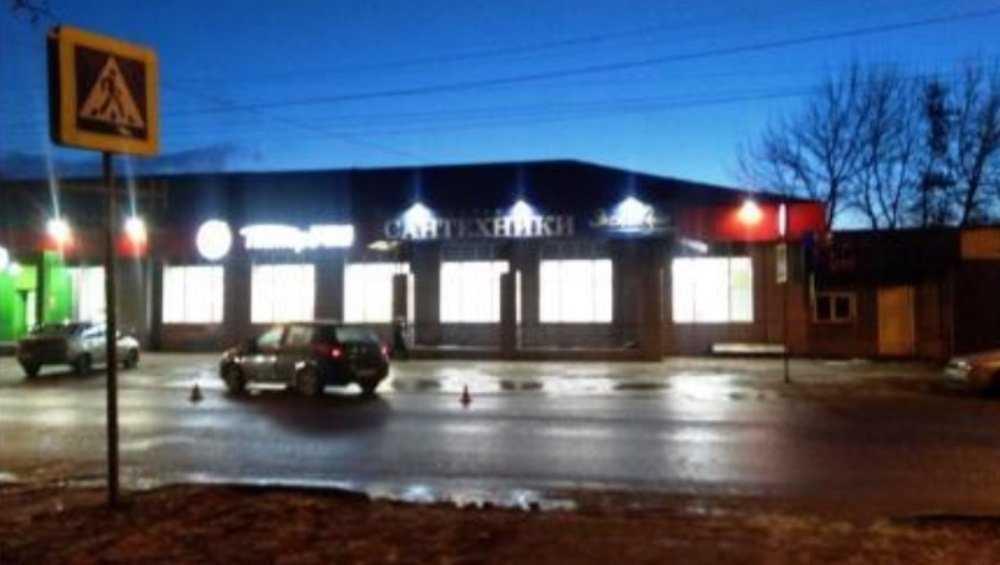 В Брянске водитель Nissan на «зебре» выбил зубы пенсионерке
