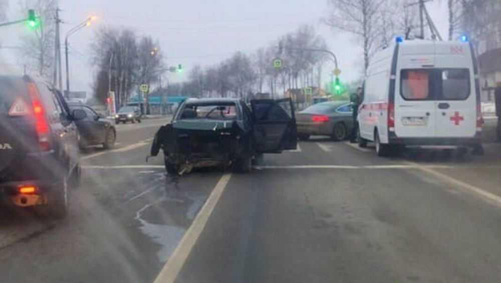 В Брянске машины столкнулись перед светофором − есть пострадавшие