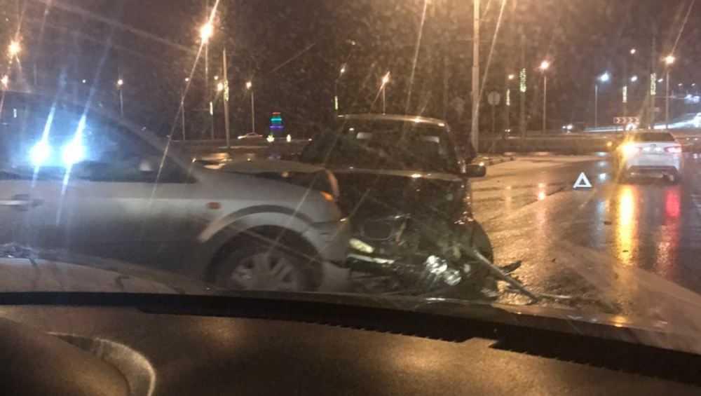 В Бежице на кольце столкнулись легковые автомобили BMW и Ford