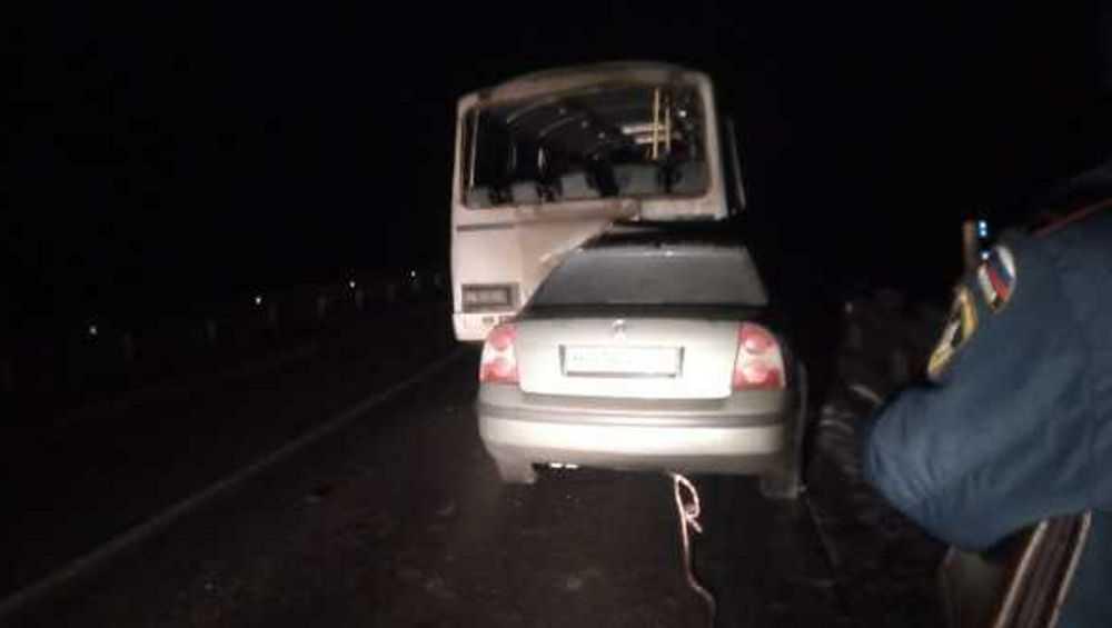 На трассе в Унечском районе «Фольксваген» врезался в рейсовый автобус