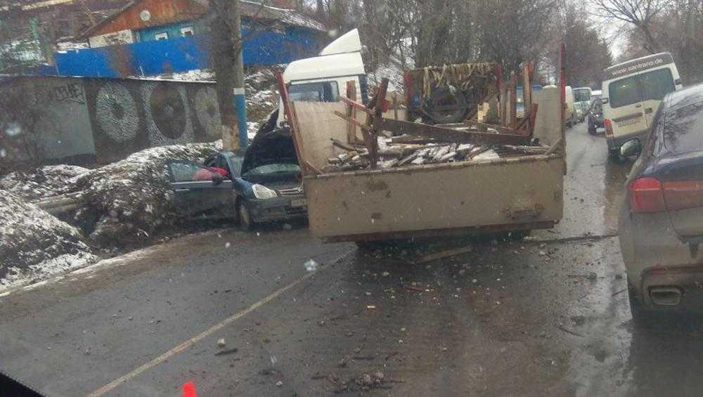 На улице Калинина в Брянске легковушка влетела под фуру