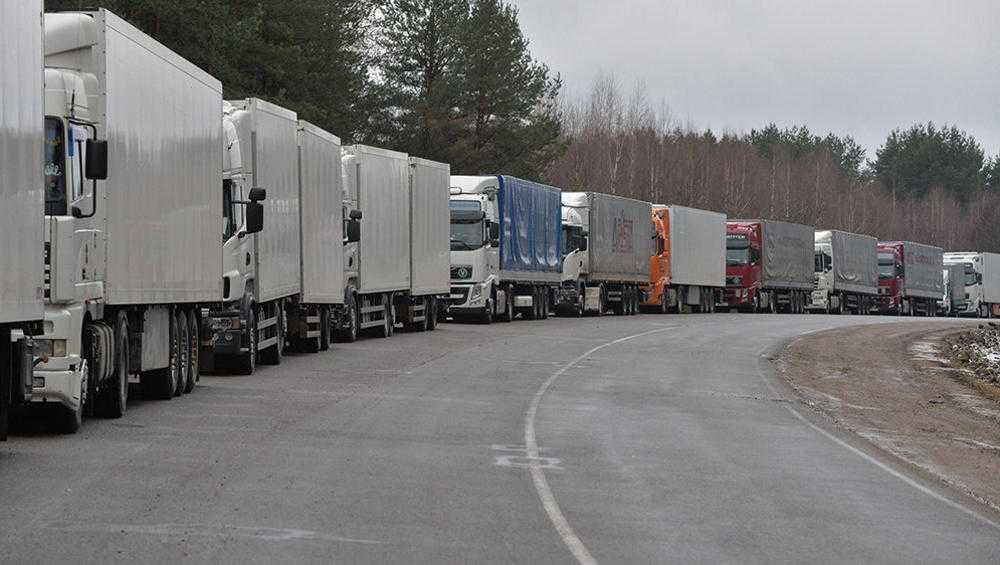 В Брянской области на границе с Украиной выстроилась очередь из 42 фур