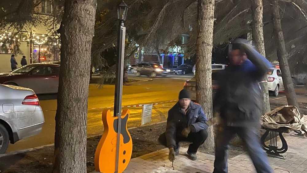 В Брянске появился фонарь в виде гитары