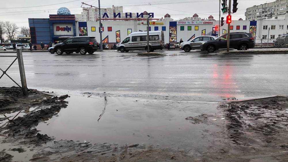 В Брянске новый тротуар на Авиационной улице утонул в грязи