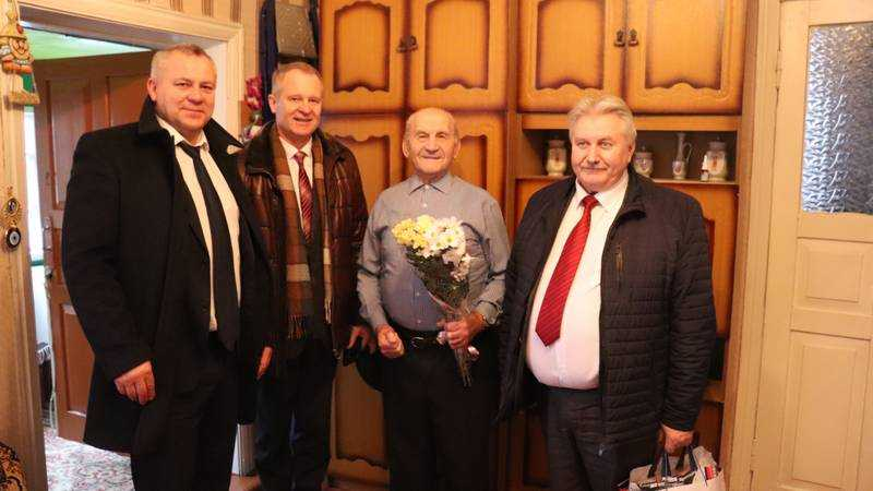 В Погаре партийцы поздравили с юбилейным годом Победы ветерана Великой Отечественной войны