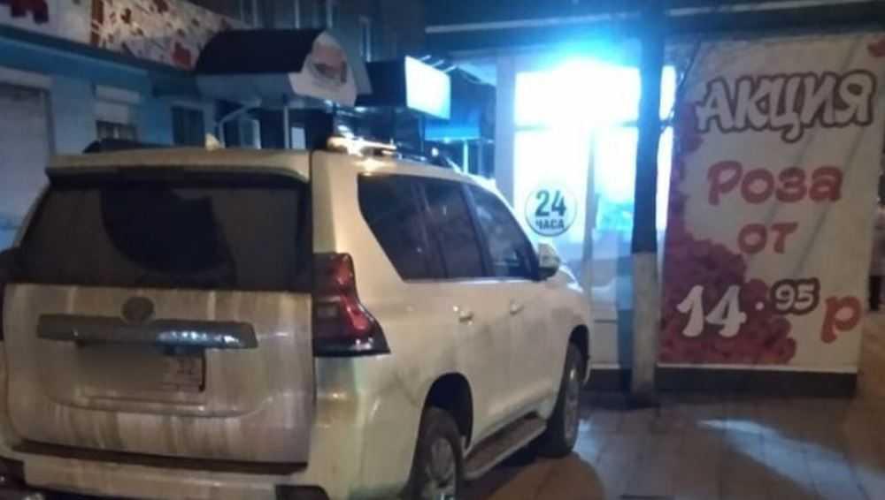 Брянцев разозлил припаркованный возле цветочного киоска автомобиль