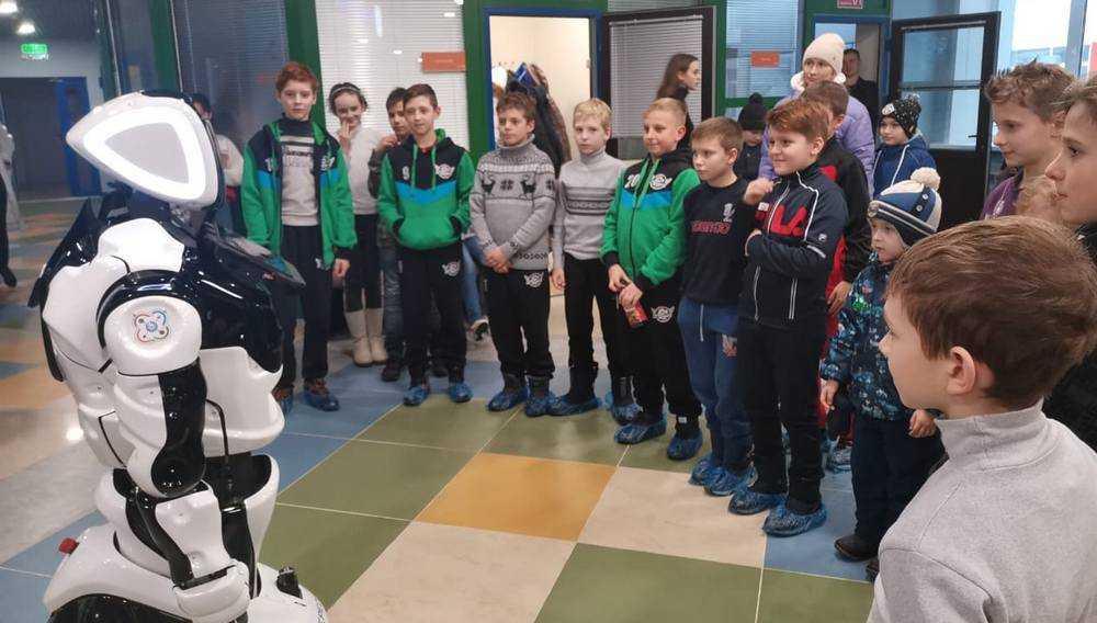 В Брянске юных хоккеистов из Донецка познакомили с роботом Пересветом